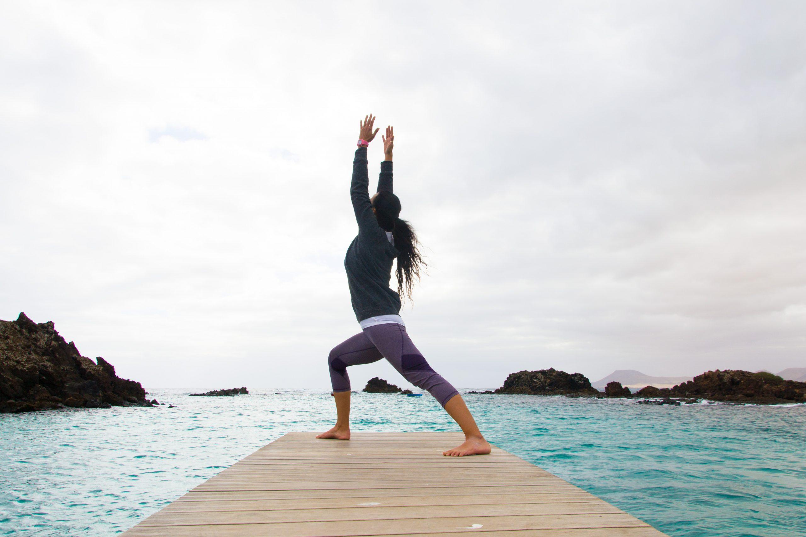mujer haciendo yoga en el puertito